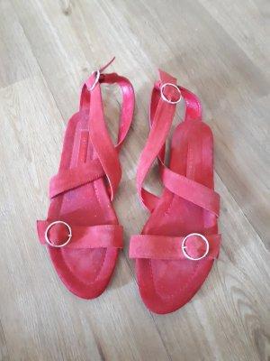 Rote flache Sandalen