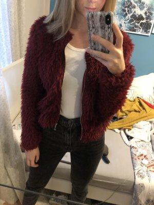 rote flauschige Jacke