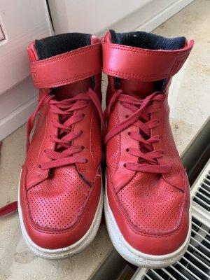 Rote hohe Sneaker, (Kunst)Leder