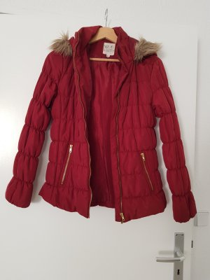 Rote Jacke mit Fell an der Kapuze