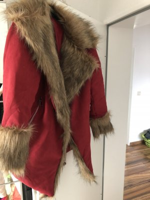 Rote Jacke mit Fell