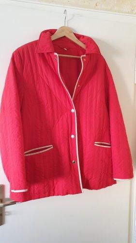 Rote Jacke mit Knöpfen