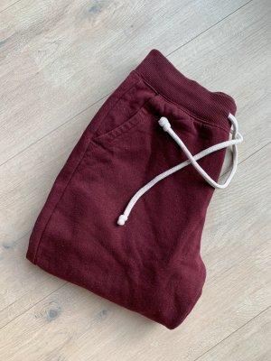 Rote Jogginghose
