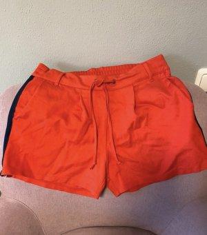 Rote kurze Hose