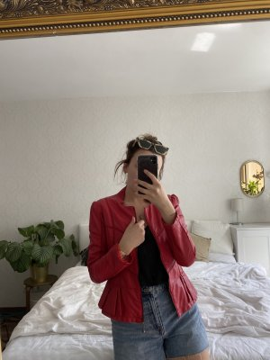 Rote Lederjacke