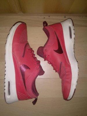 Rote Nike Thea