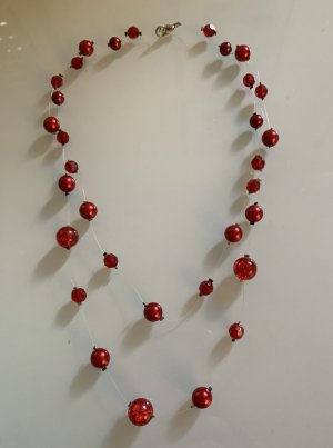 Collana di perle rosso scuro