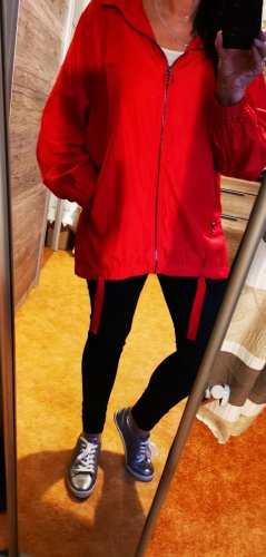 Rote Regenjacke von Zara t.r.f , cooles Teil Gr 38 mit Kapuze Hinten im Rücken i