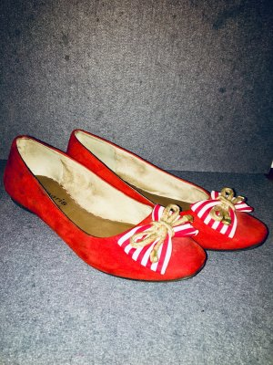 Rote Schleifen-Ballerinas