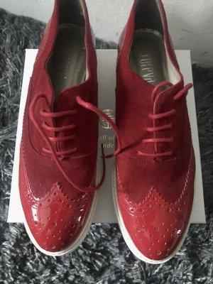 Rote Schnürschuhe