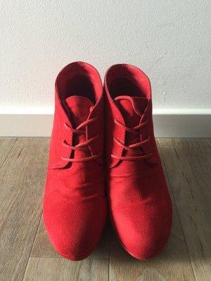 Rote Schuhe mit Keilabsatz