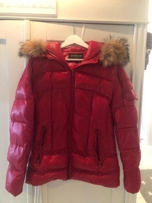 Rote Winterjacke mit Fell