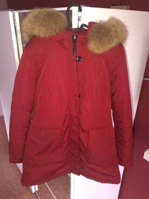 Rote Winterjacke mit Fellkragen