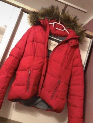 rote Winterjacke von Abercrombie&fitch mit
