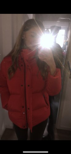 rote Woolrich Puffer Jacke