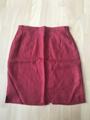 Roter Leinenrock mit kleinem Schlitz