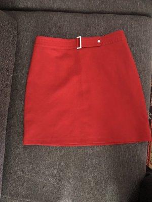 Roter Minirock mit Schnalle