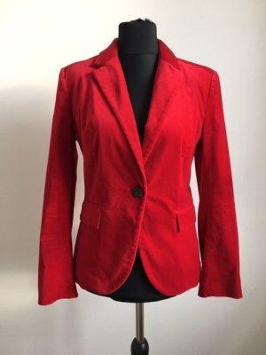 Roter Samtblazer von Zara.