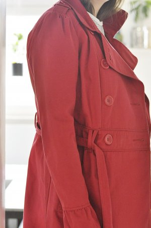 roter Trenchcoat