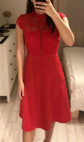 rotes Abendkleid mit Spitzendetails