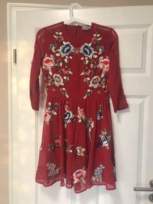 Rotes Asos Kleid mit Blumenstickereien