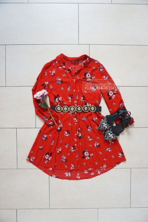 Rotes Blusenkleid mit Blumen