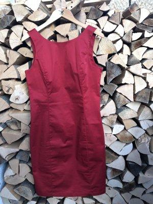 rotes Etuikleid mit tollem Rücken