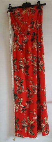 Rotes Kleid mit Blumenmuster