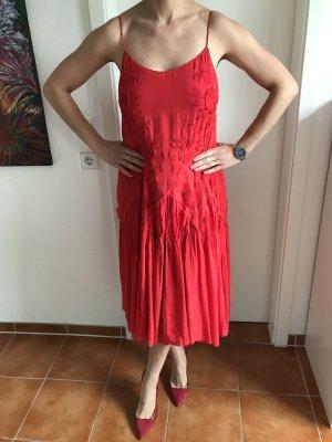 Rotes Kleid mit Blumenstickerei