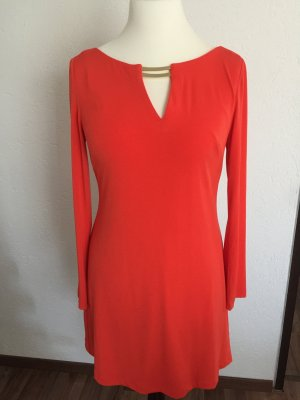 Rotes Kleid mit gold Details