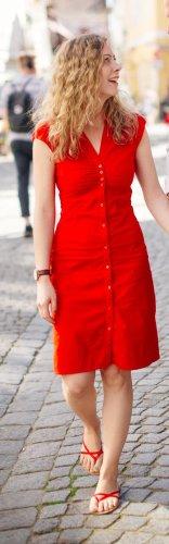 Rotes Kleid mit Knöpfen