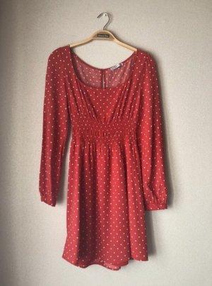Rotes Kleid mit Punkten