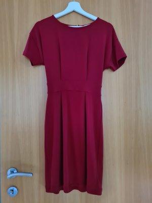 Rotes Kleid mit Rückenausschnitt