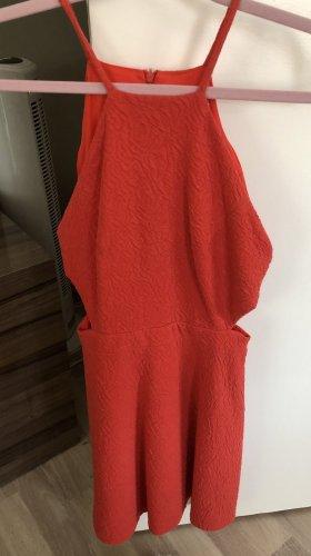 Rotes Kleid mit seitlichen Schlitzen