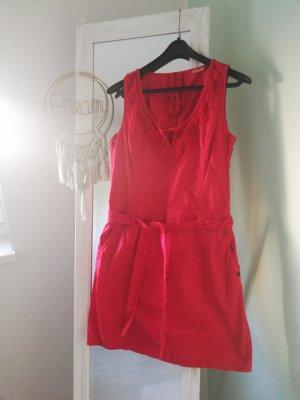 Rotes Kleid mit Taschen