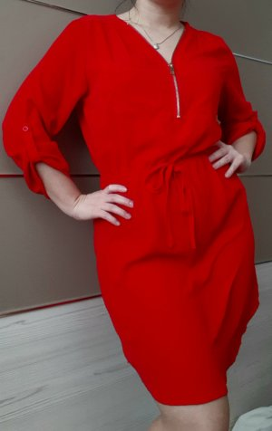 Rotes Langarmkleid