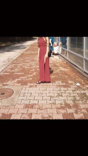Rotes langes Abendkleid mit verziertem Rückenausschnitt und Schlitz