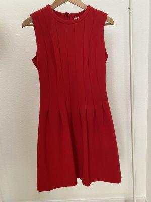 Rotes leicht ausgestelltes Kleid