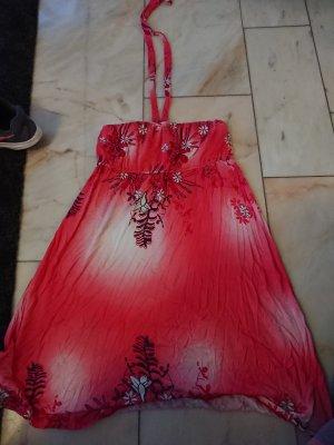 Rotes Neckholderkleid