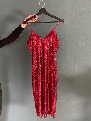 Rotes Paillettenkleid mit Schlitz an der Seite