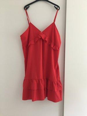 PrettyLittleThing Sukienka z baskinką czerwony