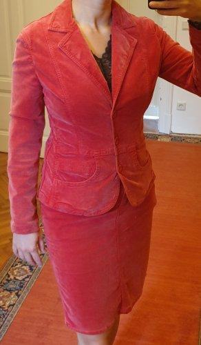 Rotes Samtkostüm mit Blazer und Rock