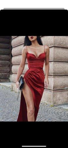 Rotes Satin kleid mit hohem beinschlitz und feinen Trägern