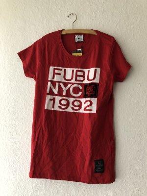 Rotes Shirt mit Aufschrift
