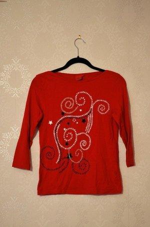 Rotes Shirt mit Dreiviertelarm / Printshirt