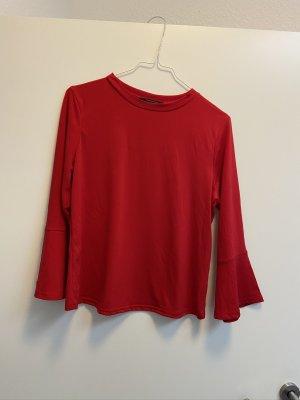 rotes Shirt mit Trompetenärmeln