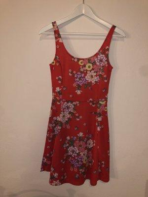 Rotes Sommerkleid mit Blumen