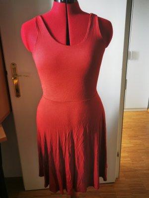 Rotes Sommerkleid mit wunderschönen Rücken