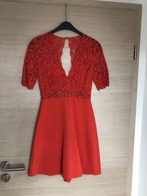 Rotes Spitzekleid mit Rückenausschnitt von Zara