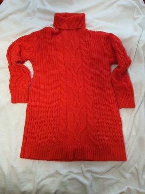 Rotes Strickkleid mit Zopfmuster und Rollkragen